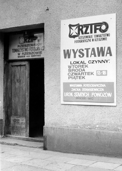 02-Wejście do lokalu Rzeszowskiego Towarzystwa Fotograficznego przy ulicy 3 Maja 11