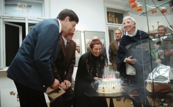 13_Wernisaż wystawy Bielefeld impresje, od lewej J Górny - wiceprezydent Rzeszowa, Irena Gałuszka, Barbara Diel 9 październik 1995 r