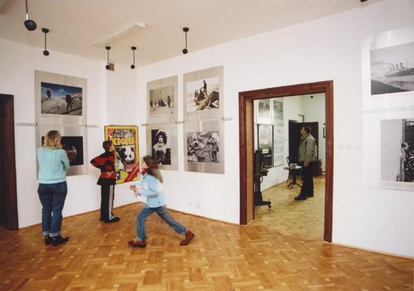 Osoby zwiedzające wystawę National Geographic luty 2006 r